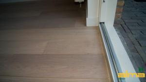 Detail strak modern aansluiting muur wand vloer parket hout laminaat tegel details tegels