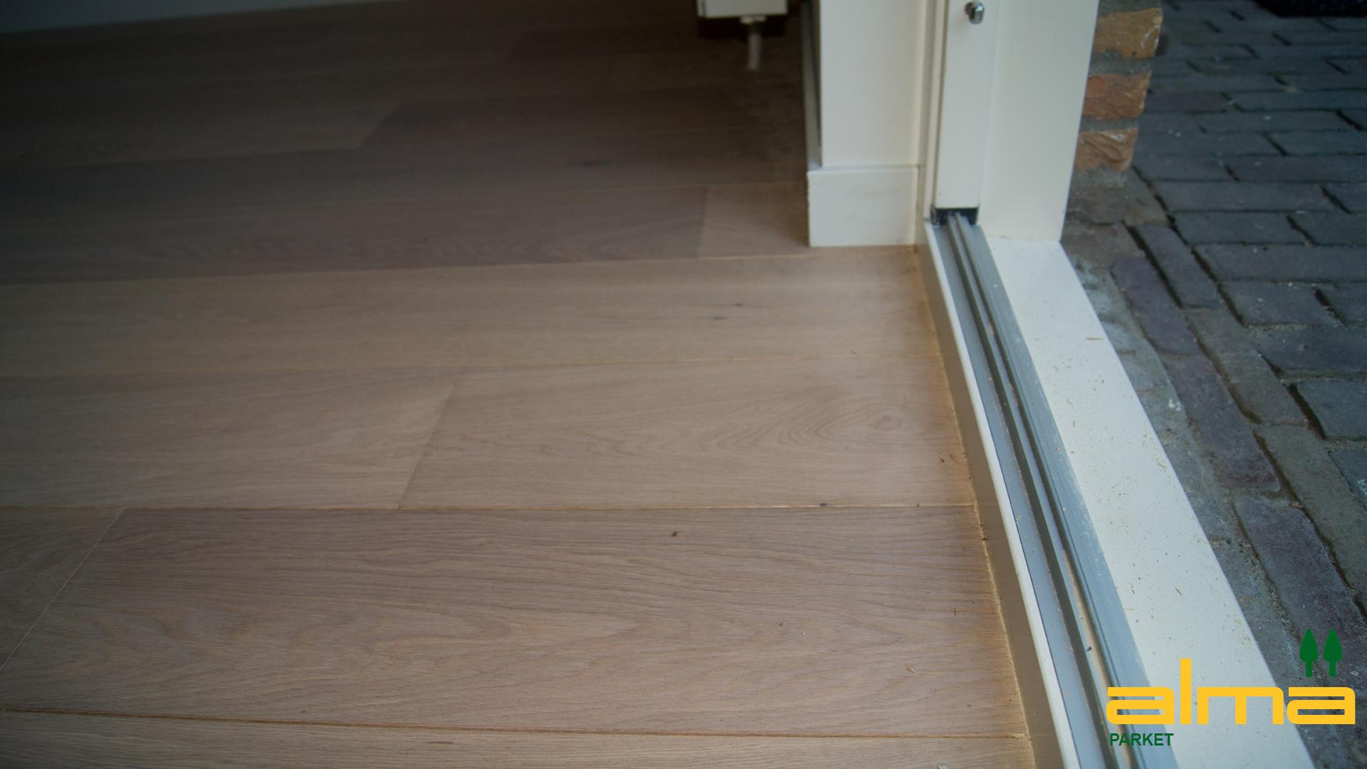 820 detail strak modern aansluiting muur wand vloer parket hout